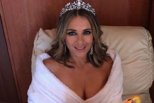 В диадеме и махровом халате: странный образ 52-летней Элизабет Херли