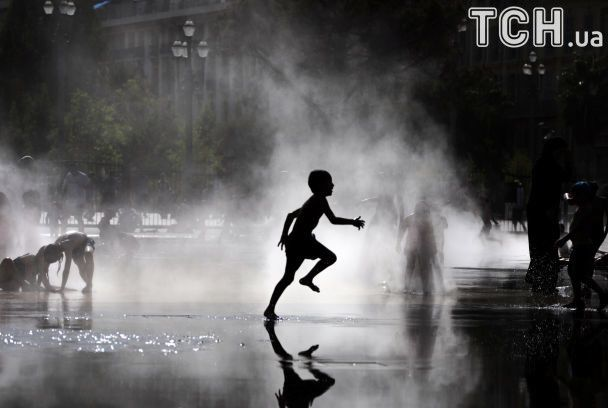 Купання у фонтанах та мінімум одягу: як європейці рятуються від пекельної спеки
