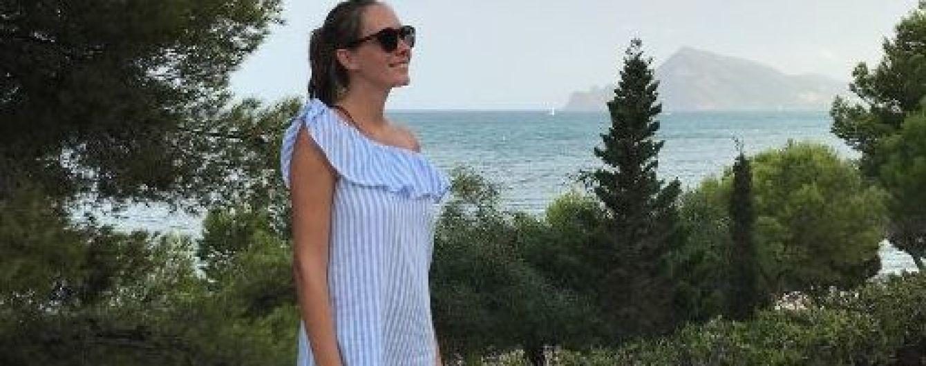 Снова на отдыхе: Катя Осадчая показала стройную фигуру в мини-платье