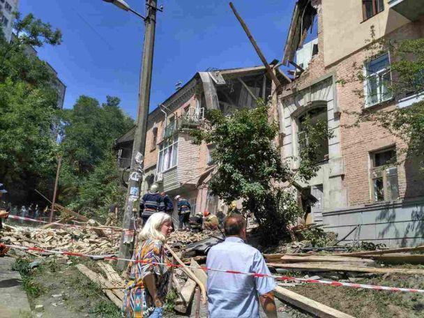 Вибух у Києві: у житловому будинку обвалилось перекриття, рятувальники проводять евакуацію