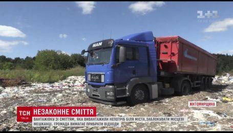 На Житомирщине селяне взяли в осаду фуру со львовским мусором