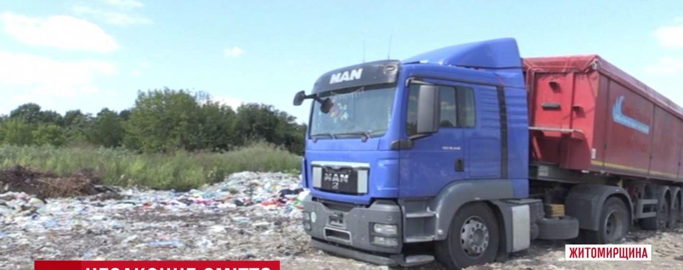На Житомирщині селяни захопили вантажівку зі львівським сміттям