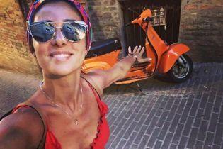 Загорелая Злата Огневич в ярко-красном платье превратилась в страстную итальянку