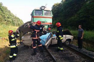 Смерть родини під потягом на Прикарпатті: свідки розповіли про дивні маневри авто на переїзді