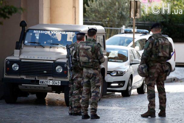 У Парижі авто наїхало на групу військових