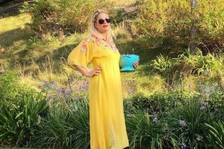 Хозяюшка: Тори Спеллинг в желтом платье покормила кур