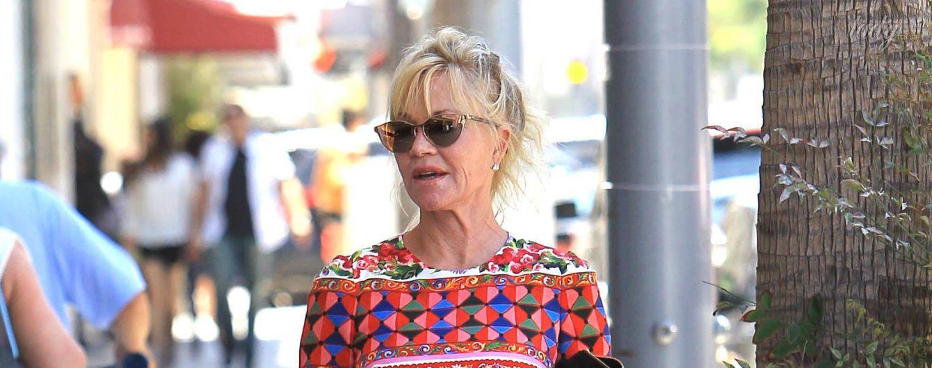 60-летняя Мелани Гриффит подчеркнула стройную фигуру пестрым платьем
