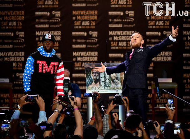 """Макгрегор заявился на первую пресс-конференцию с Мейвезером в """"матерном"""" костюме"""