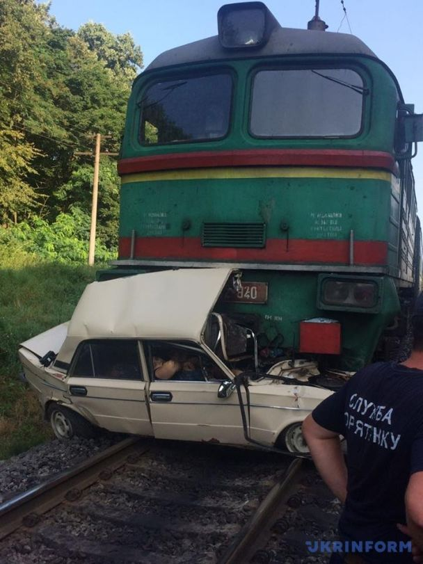 На Львівщині пасажирський потяг на швидкості розчавив легковик, є загиблі