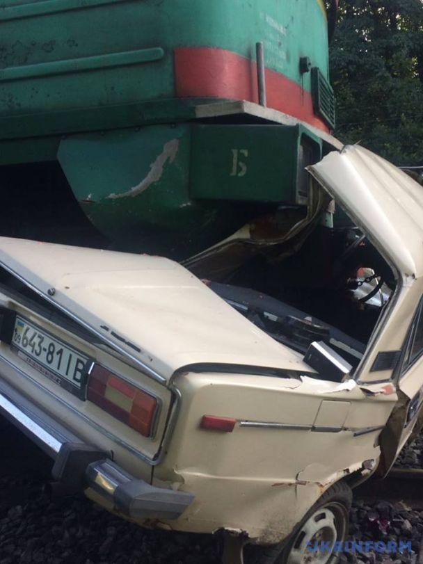 На Прикарпатті пасажирський потяг на швидкості розчавив легковик, є загиблі