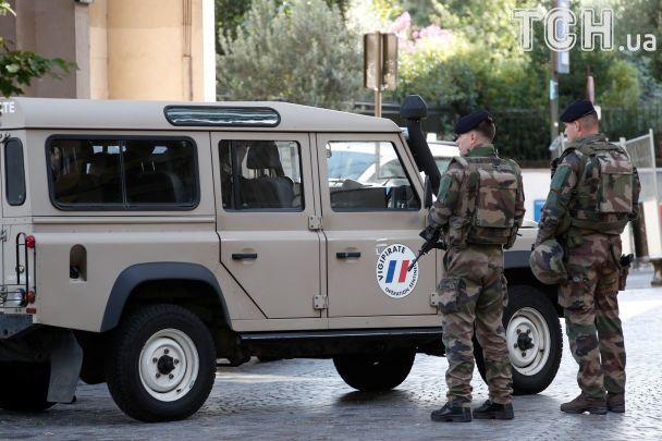 В Париже авто наехало на группу военных