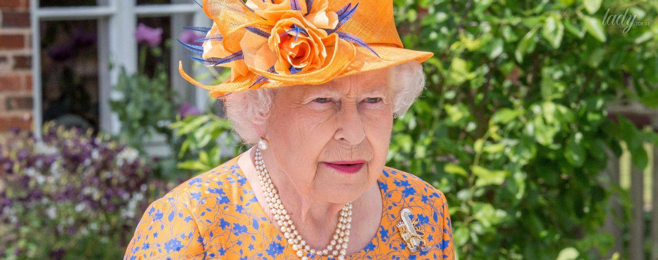 Секрет раскрыт: в британском королевстве рассказали, почему Елизавета II носит яркие наряды