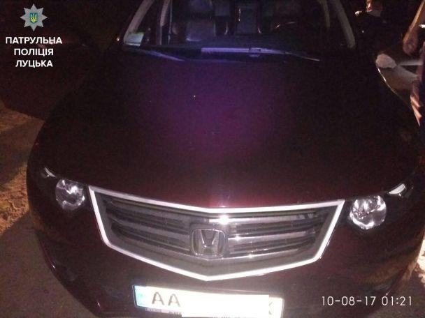 В Луцке патрульные задержали автомобиль с 18-летним парнем в багажнике