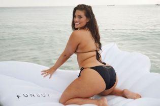 В пикантных позах на матрасе-бабочке: Эшли Грэм откровенно рекламирует бикини
