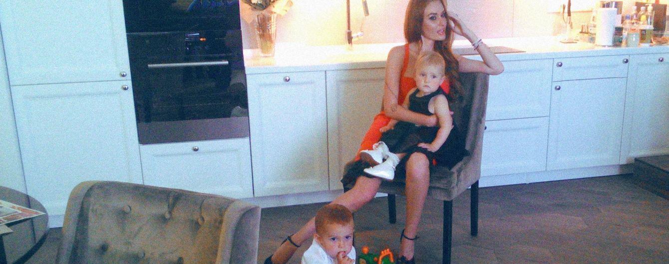 """Стройная Слава из """"НеАнгелов"""" в ярко-оранжевом платье позировала с подросшими детьми"""