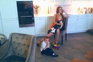 """Струнка Слава з """"НеАнгелів"""" в яскраво-помаранчевій сукні позувала з підрослими дітьми"""