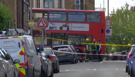 В Лондоне двухэтажный автобус врезался в магазин