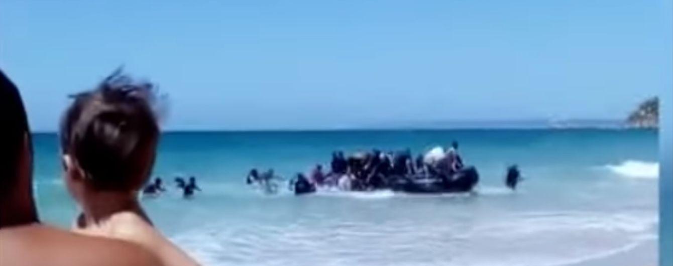 Отдыхающие засняли высадку мигрантов на пляж Испании