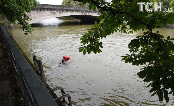 Без заторів і тисняви. У Мюнхені чоловік щодня пропливає на роботу 2 кілометри