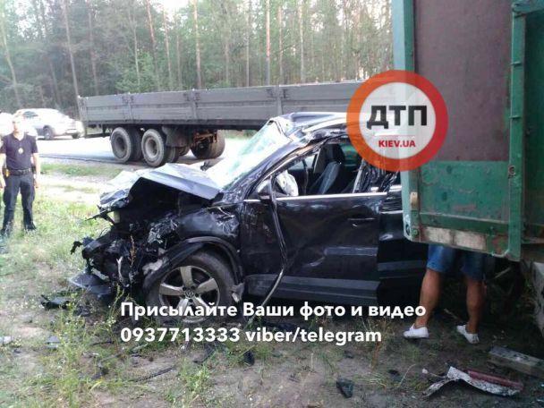 Під Києвом зіткнулися фура та позашляховик, жінка-водій у важкому стані