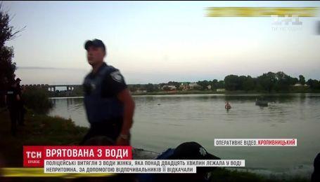 Кропивницькі патрульні витягли з води жінку, яка вже не дихала