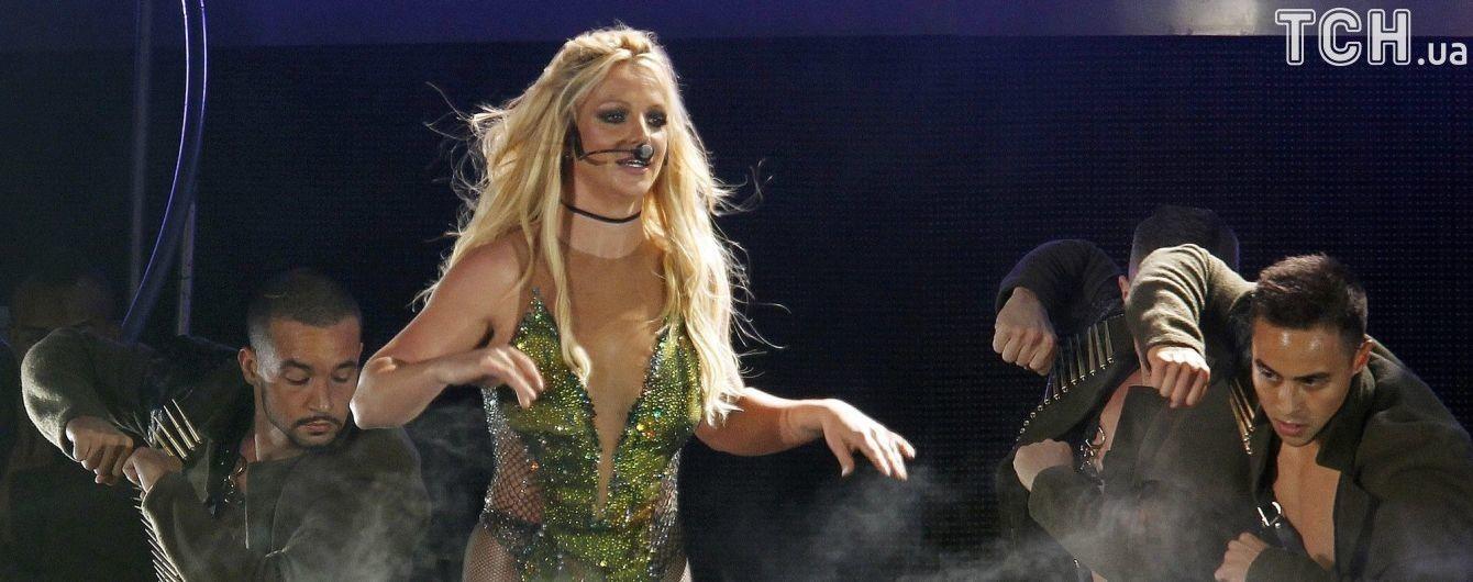 У него может быть оружие. Бритни Спирс напугал фанат, который выбежал к ней на сцену