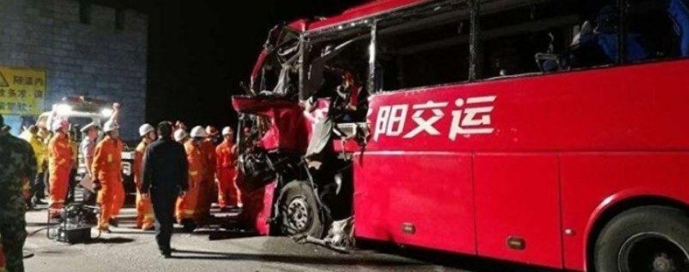В Китае пассажирский автобус врезался в стену: погибли 36 человек