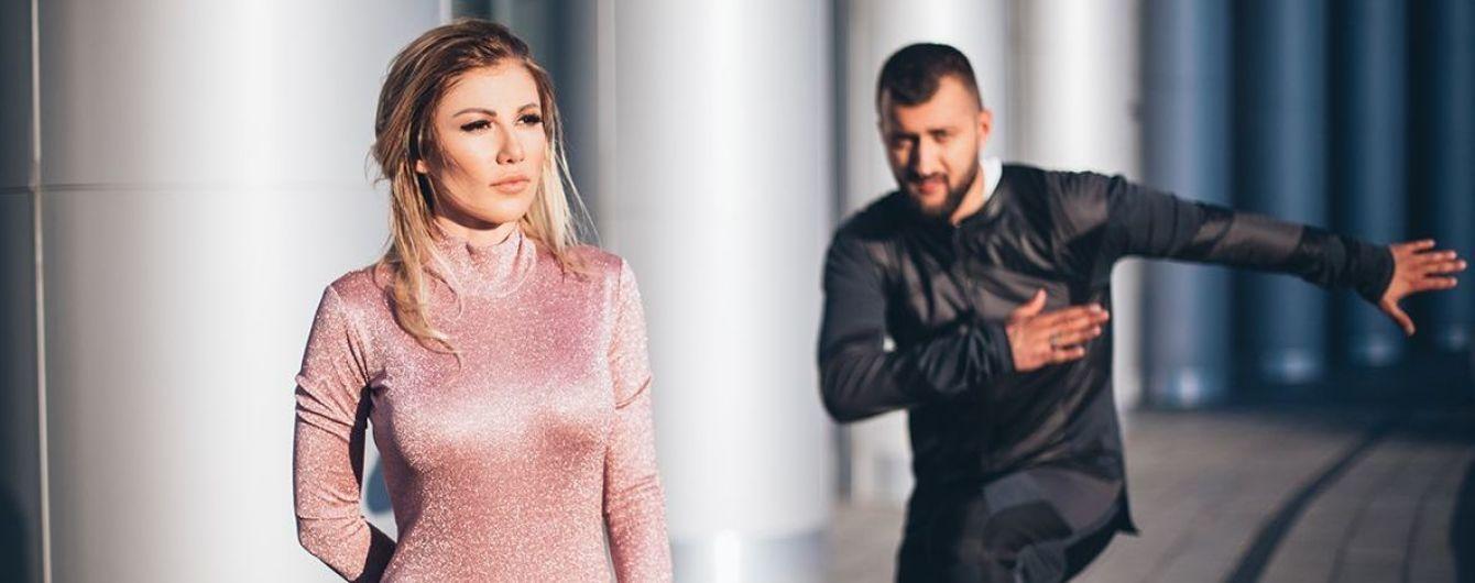 В брюках со шнуровкой и на шпильках: Алена Омаргалиева в новом клипе