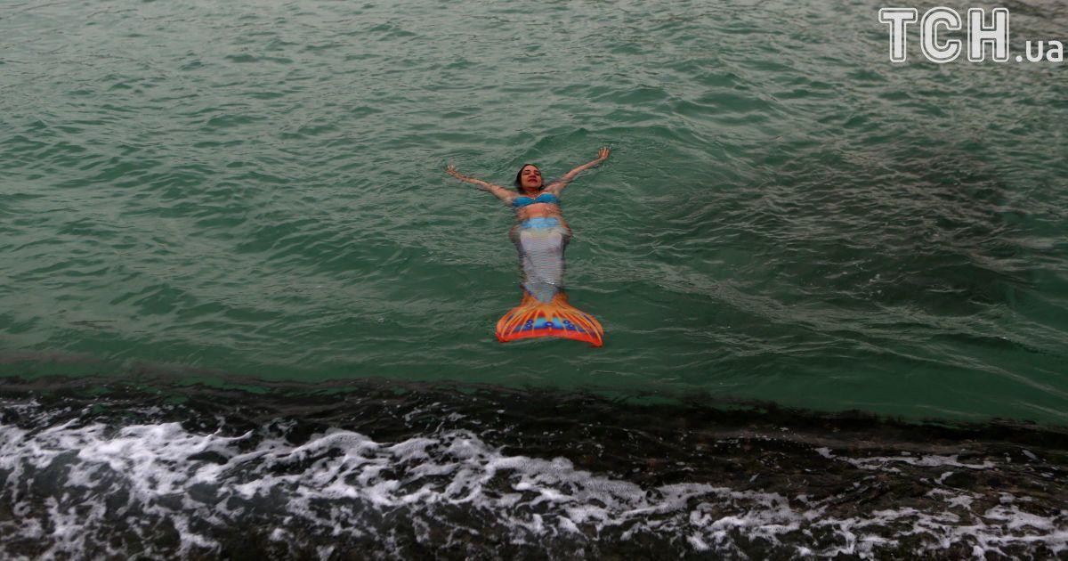 Сказочные создания. Reuters показал удивительные фото плавания русалок в Бразилии