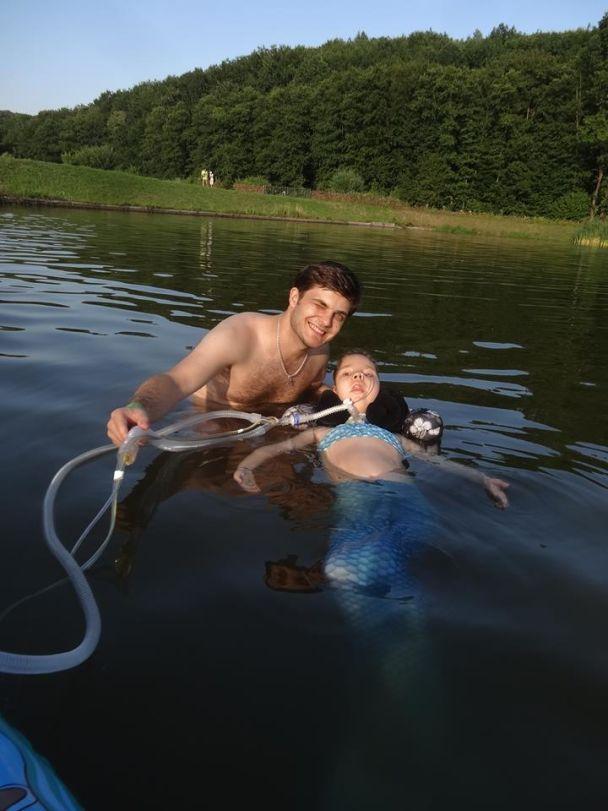 Здійсни мрію: девушка со СМА осуществила мечту поплавать в озере