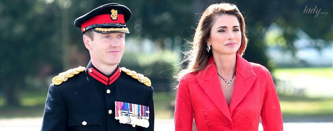 Эффектная королева Рания приехала на торжественный парад в ярком образе