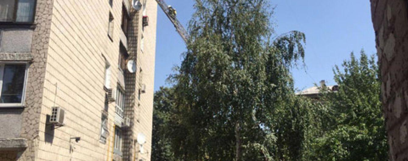 В Киеве во время пожара в доме с седьмого этажа выбросился мужчина