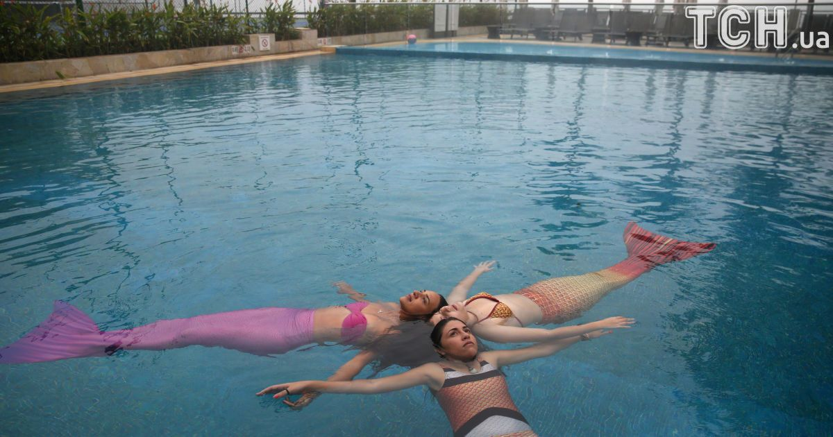 Девушки каждый день ныряют с удивительными хвостами на ногах