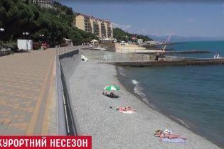 Пустые пляжи и критика от россиян: в Крыму в разгар курортного сезона вспоминают об Украине