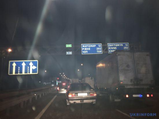 Уночі сотні автомобілів застрягли на трасі Київ-Чоп