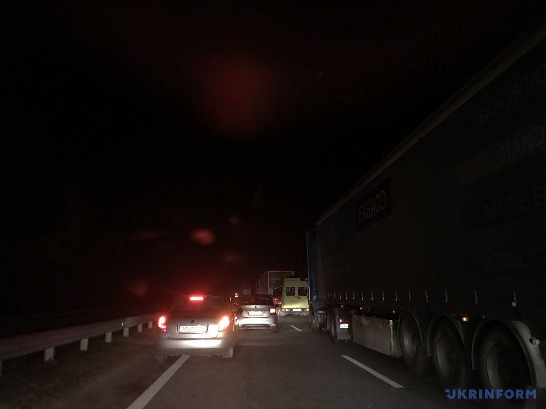 Уночі сотні автомобілів застрягли на трасі Київ-Чоп _1