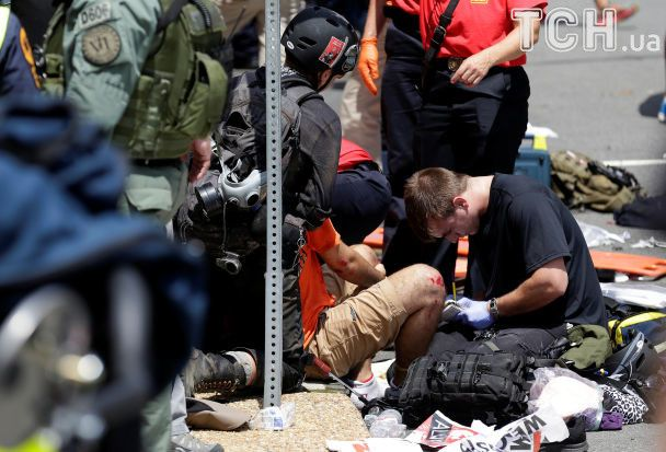 В США после столкновений и убийства человека авто въехало в толпу протестующих