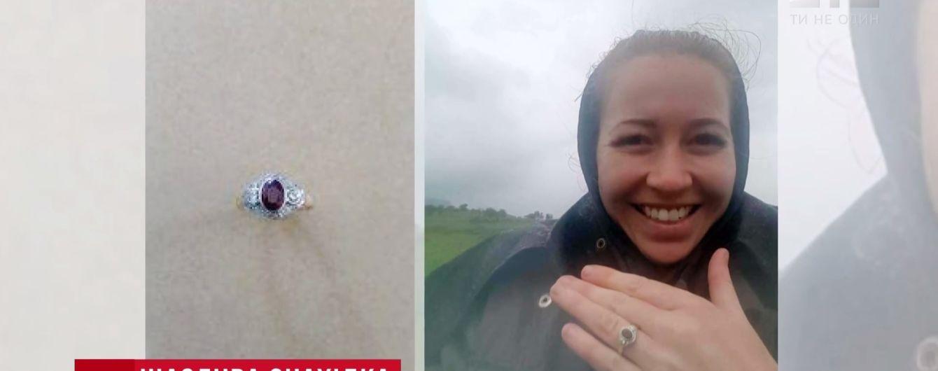 В Австралії випадковий мандрівник знайшов і повернув власниці загублену в пустелі обручку