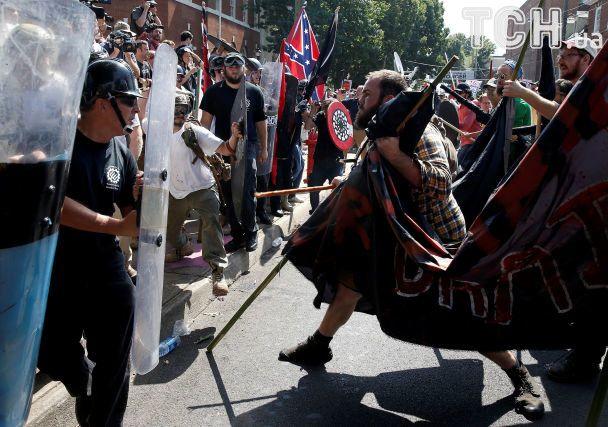В США во время антирасистского протеста авто влетело в толпу: есть погибший и два десятка раненых