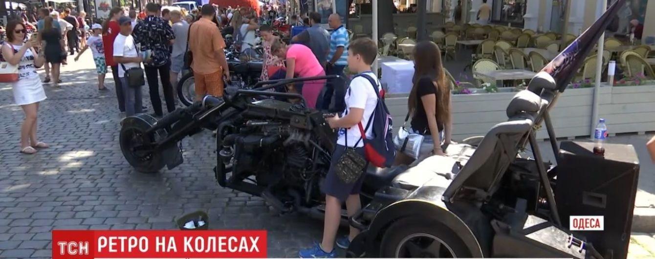 Дерибасовскую в Одессе превратили в выставку ретро-автомобилей и чудного мотоцикла