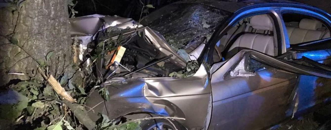 """Под Киевом на Гостомельской трассе забитый до отказа """"Ягуар"""" влетел в дерево, пострадали шесть человек"""