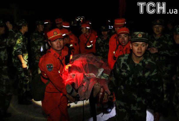 Поранені і пошуки з безпілотником. Reuters показало наслідки потужного землетрусу в Китаї