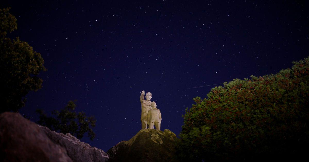 Яркое ночное небо: Reuters показало зрелищные фото метеорного дождя Персеиды