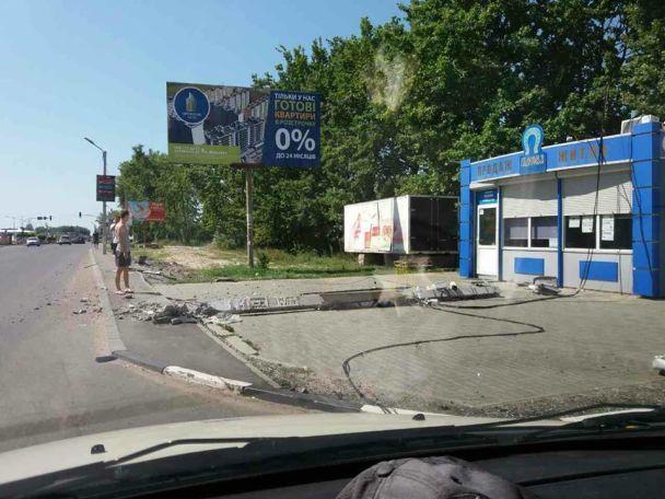 Джип  под Киевом чуть несбил женщину с сыном  натротуаре