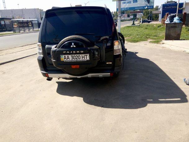 В ЖК под Киевом джип на скорости снес электростолбы, чуть не убив женщину с коляской