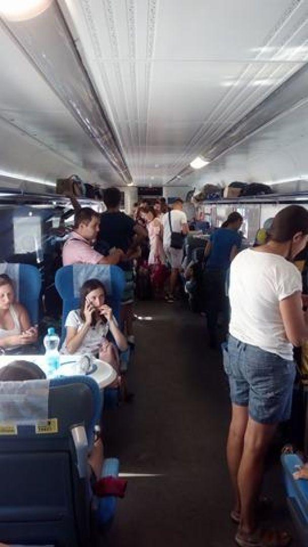 """Стоячий """"Интерсити"""". Железнодорожники не подали на посадку четыре вагона поезда """"Одесса-Киев"""""""
