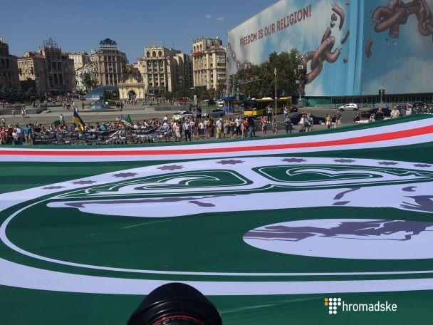 На столичному Майдані розгорнули найбільший у світі прапор Ічкерії