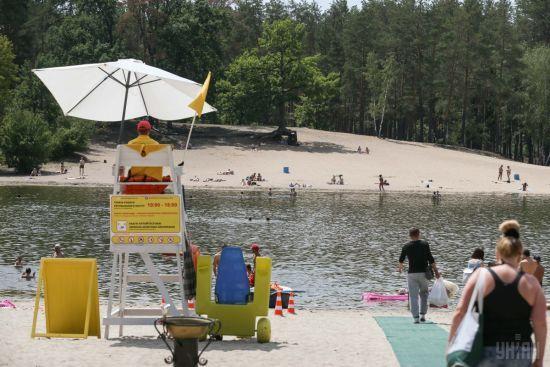 На столичних пляжах вивісили жовті прапорці – тисячі киян не зважають на небезпеку