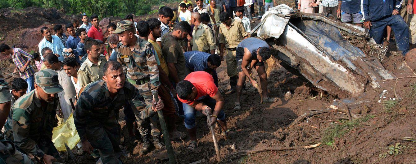 В Індії зсув ґрунту зніс два автобуси в ущелину, майже 50 загиблих