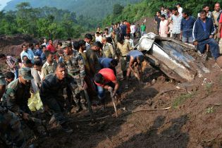 В Индии оползень снес два автобуса в ущелье, почти 50 погибших